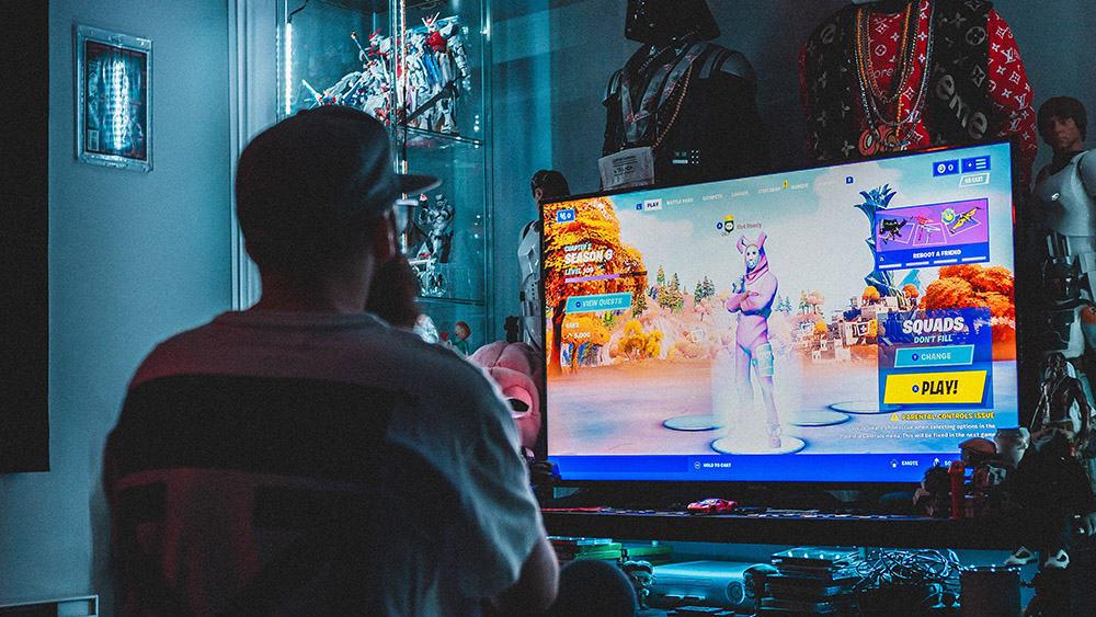 Gamer in een donkere ruimte voor een tv