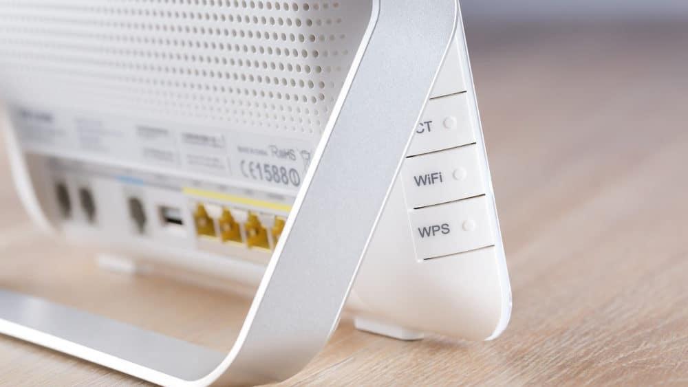 Een witte router op een tafel
