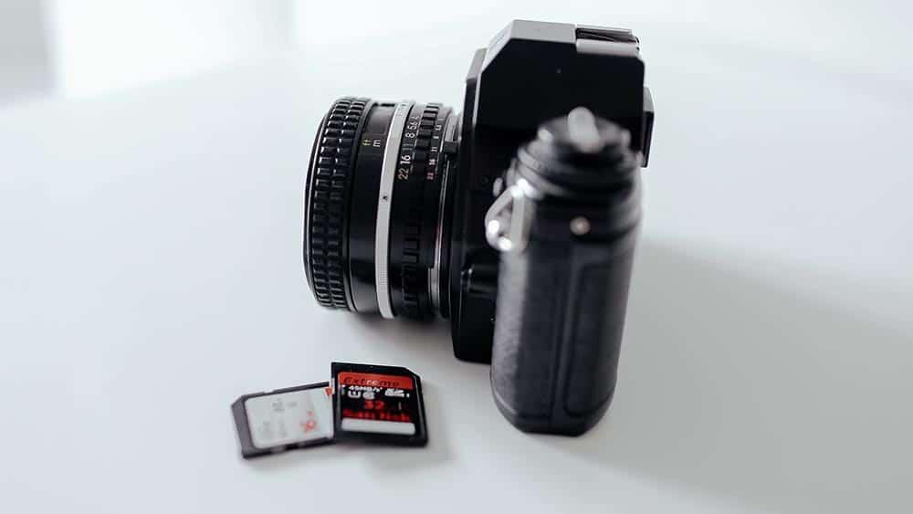 Een systeemcamera met geheugenkaartjes ernaast
