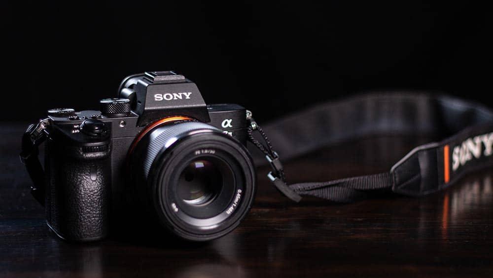 Systeemcamera van Sony met zwarte achtergrond