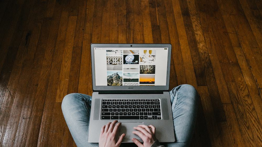 Man werkt op iPad voor MacBook Air