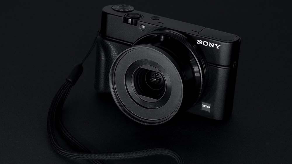 Compact camera van sony met een zwarte achtergrond