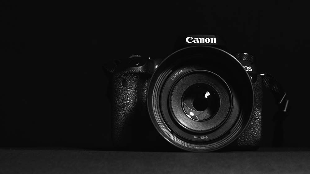 Spiegelreflexcamera van Canon met zwarte achtergrond